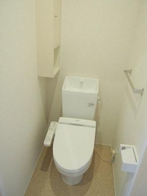 ウォシュレット付きトイレ 小物を収納できるスペースがあります。