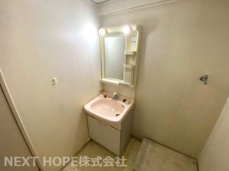 洗面室には洗面化粧台・洗濯機置き場がございます♪お好きなリフォームを楽しんで見ませんか?お気軽にネクストホープ不動産販売までお問い合わせを!!