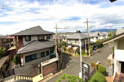 区画の広い閑静な住宅街です。前道は6mあり駐車もラクラクです。現地に立っている旗『YuiHome(ゆいホーム)』のお店です♪