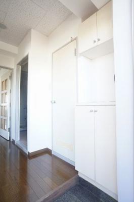 シンプルで使いやすい玄関です ※同じ間取りの301号室の写真になります。