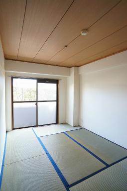 和室ならではの温かな和の空間で寛ぎの時間を過ごせます ※同じ間取りの301号室の写真になります。