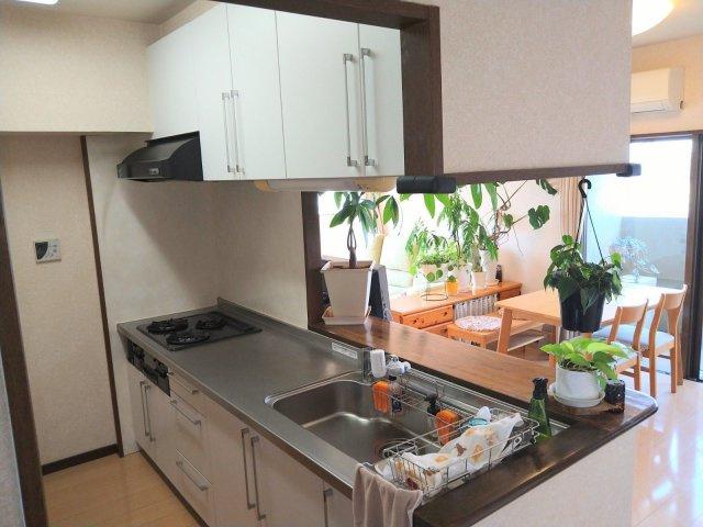 キッチンは吊戸棚もあり、調理器具も整頓しやすいです。広さも充分あり調理スペースも確保されています◎