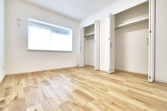 5.9帖の洋室。出窓は部屋の空間をより広く感じさせてくれる効果があります♪