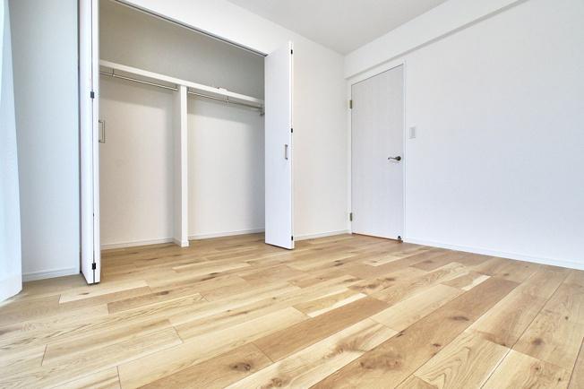 5.8帖の洋室。各部屋にはクローゼットを完備しています!収納が多いお家はすっきりして快適空間です♪
