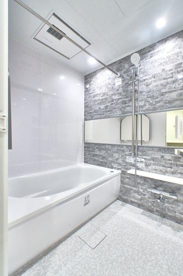 バスルームは大理石テイストの壁をチョイスして、高級感が感じられる空間になりました。 追い焚き機能が付いた経済的なユニットバスです♪