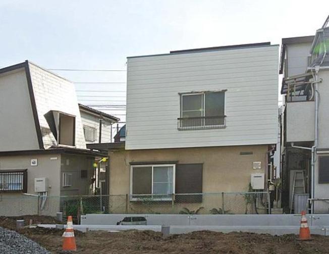 北側からの外観~昭和45年11月築、共有地通路を敷地の一部として利用する事により再建築可能、建物に増築未登記部分有り