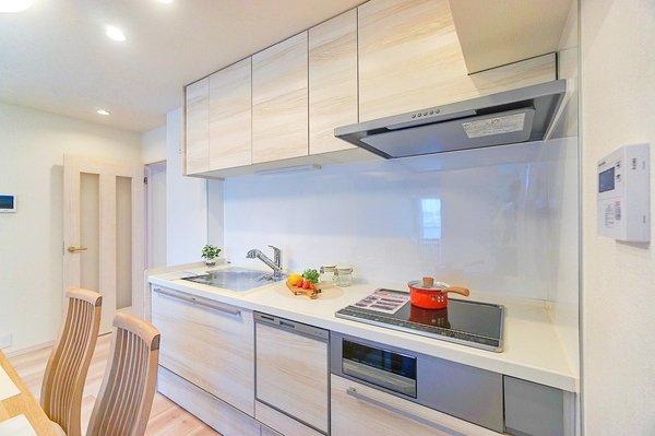 IHコンロのシステムキッチン。 お掃除もしやすく、火事の心配も少なくなります。