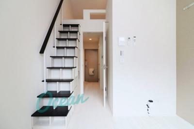 ロフトまでは手すり付きの階段(収納付き)!高所恐怖症の方でも安心です。※同一仕様写真