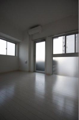 明るい色合いの床材を使用した居室です。