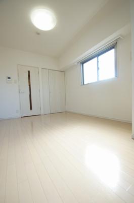 室内はフローリング貼りの洋室になります