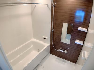 浴槽の形で最もオーソドックスなタイプなのがストレートラインです。 直線的でシャープな形が特徴となっているので、浴室にスタイリッシュな雰囲気を与えることができるのもストレートライン浴槽の魅力です。
