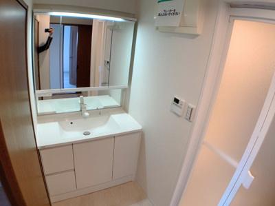 3面鏡の綺麗な洗面化粧台