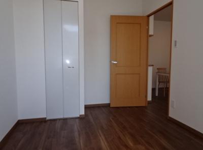 各洋室・和室に収納スペースを確保した4LDK住戸です。物件に関するお問い合わせはお気軽にどうぞ♪
