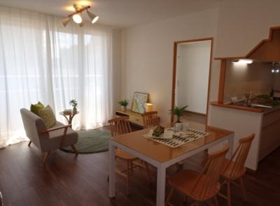 南東向きのLDK約13.6帖です。LDKに居室3室が隣接しているため、お顔を合わせやすいですよ♪
