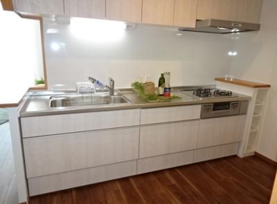 吊戸棚を設置した収納豊富なキッチンスペースです。半独立型となっているため、お料理に集中できますね◎