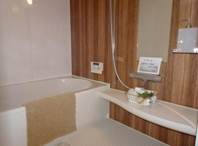 木目調のボードを採用したリラックスできるバスルームです。追い焚き機能・換気乾燥機を搭載しております。