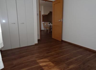 洋室約5.6帖は南東・北東の2方がバルコニーに面しております。採用・通風共に良好なお部屋ですよ♪