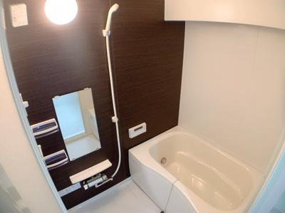 落ち着いたダークカラーの浴室