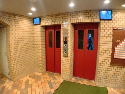 可愛いカラーのエレベーターです。