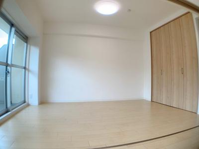 隣には6帖の洋室があり開放的です。