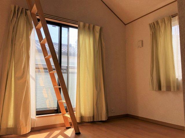 5.7帖の洋室には小屋裏収納が付いています。