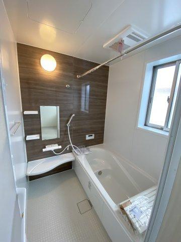ゆったりとした広さ、デザイン性に優れた浴槽は1日の疲れをとってくれます。ベンチ付きで半身浴もできます