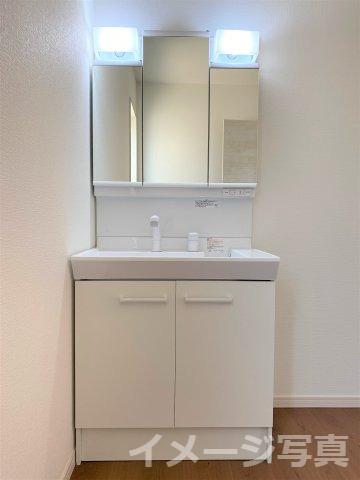 お手入れしやすく使いやすい3面鏡付きの洗面台。収納スペースも広く、洗剤や掃除道具をたっぷりと収納可。