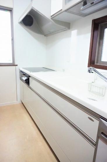プライバシー優先の独立キッチン LDKへの匂いの充満や油飛びを軽減します パントリー完備でキッチン周りもスッキリとお使いただけます