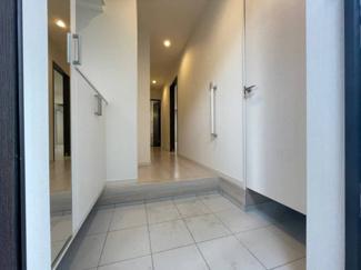 上質感漂う玄関と廊下。健やかな暮らしを楽しめそう。