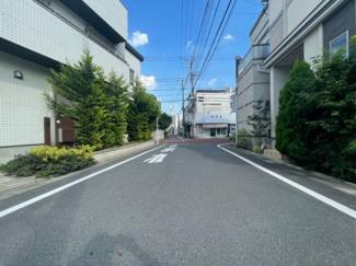 ご近所の方以外に通行の少ない道路、静かな住宅地です。(東側)