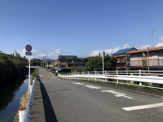前面道路は道幅が広々です。