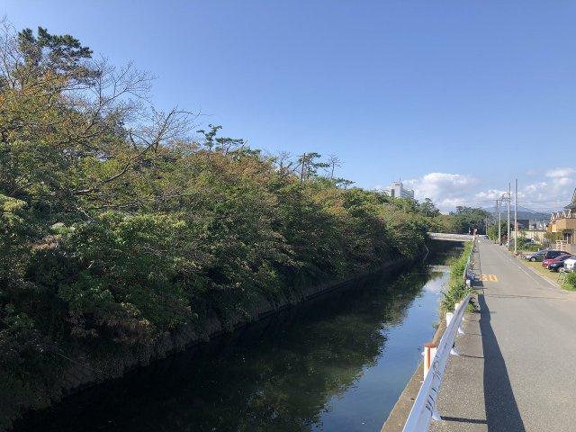 住宅目の前には穏やかな川が流れています。