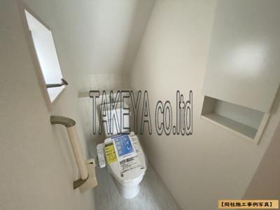 【同社施工事例写真】1、2階共に高機能トイレ採用しています。便利な壁面収納、窓も完備なトイレ空間