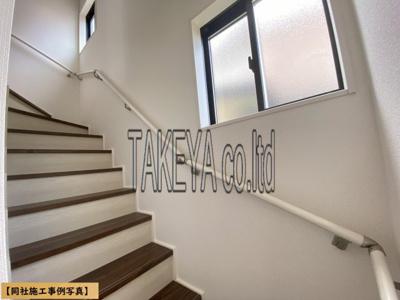 【同社施工事例写真】暮らしやすさと安全の為に階段には手すりを採用しています。明るく風通りも良いです