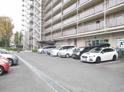 小豆沢パーク・ファミリアB棟の駐車場です。