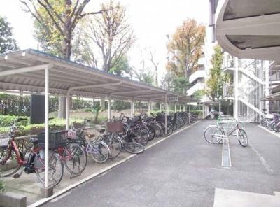 小豆沢パーク・ファミリアB棟の駐輪場です。