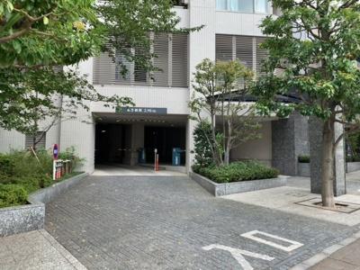 駐車場入口は桜田通り沿いです(2021.9.30撮影)。
