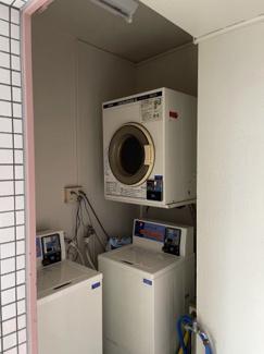 共用部分にコインランドリーがあり、日々の洗濯から乾燥まで楽ちんです。