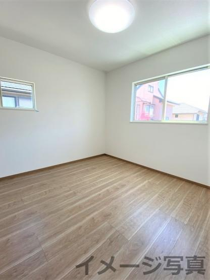 洋室。全室2面窓で日当たり・風通し良好♪標準設備でLED照明・カーテンが付いてきます♪