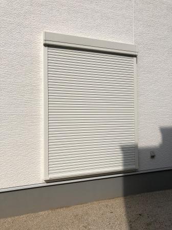 雨戸シャッター。台風などの強風時に窓ガラスを保護してくれます。防犯・防音効果もあり。