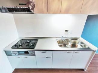コンパクトなキッチンで掃除もラクラク 2021年10月現地撮影