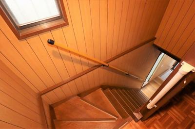 階段はきちんと手すりがございます!