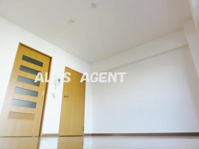 落ち着いた色合いの床材を使用した居室空間(同一仕様)