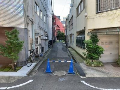 私道入口。この奥が本地です(2021.10.2撮影)。
