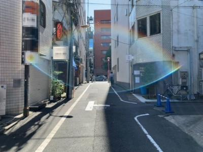 新宿通りから一歩入った所に立地(2021.10.2撮影)。