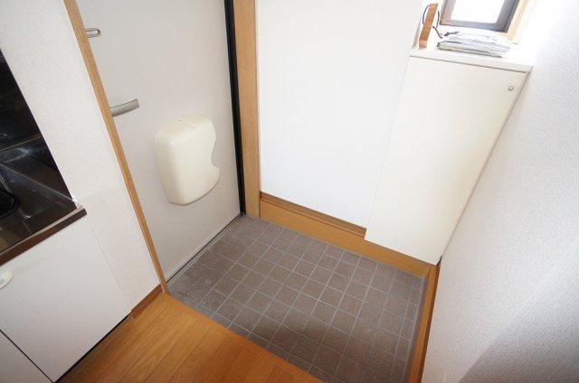 小窓付きで明るい玄関