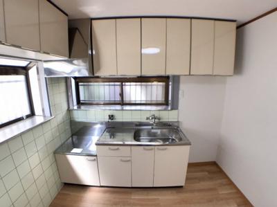 キッチンの写真です♪ 前だけでなく左横にも収納があります♪ 窓の部分が出窓になっているのも便利ですね♪