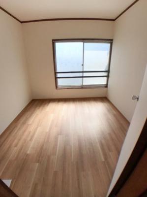 1階と2階の間にございます4.5帖の洋室の写真です♪ 南側の窓から日差しが入ります♪