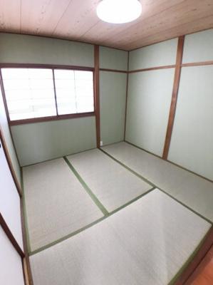 4.5帖の和室の写真です♪ 左の襖は隣の6帖の和室に続いています♪