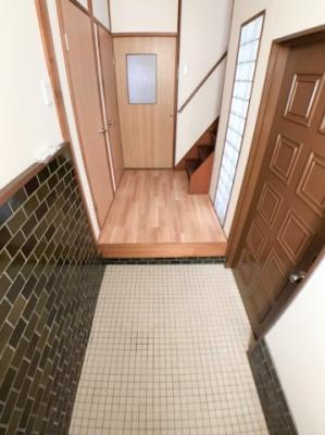 レトロな雰囲気漂う玄関の写真です♪ シューズボックスなどを置けるスペースもあります♪ 右手の板チョコのような可愛い扉が玄関扉です♪